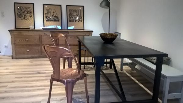 Tavolo da pranzo Kerisel e tante sedie ramate: un ottimo mix
