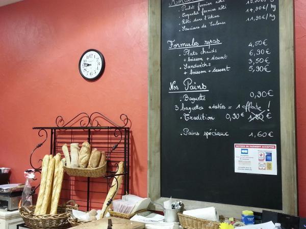 Lavagna lunga 115*190 cm con nello sfondo un muro rosso che accoglie calorosamente i clienti della nostra pasticceria :-)