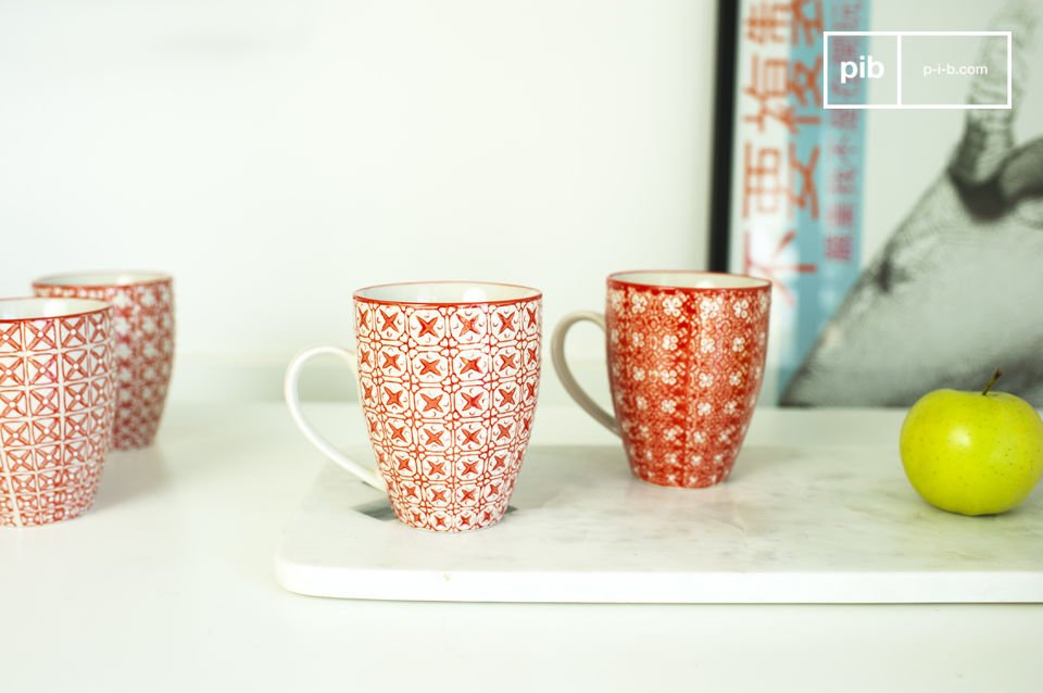 Bellissime tazze con bellissime decorazioni romantiche