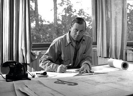 Alvar Aalto alla scrivania