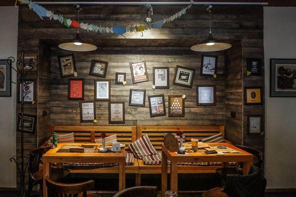 ambiente accogliente con tavoli in legno e cornici