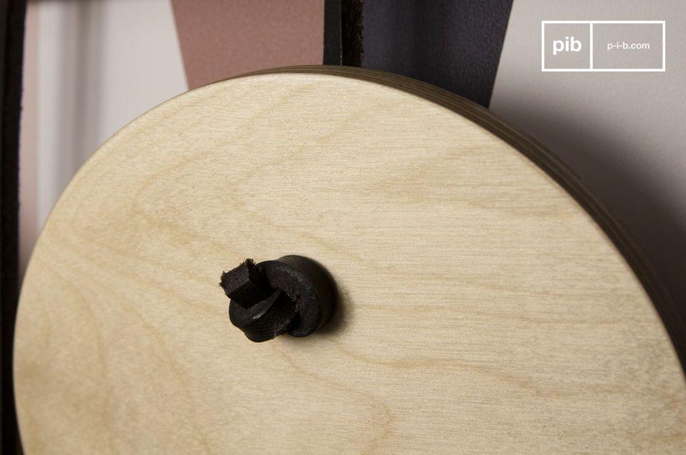 I dischi di legno verniciati sono appesi a delle corde di pelle per un armonioso e robusto effetto
