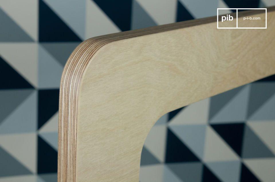 Realizzato con diversi strati di legno ricoperti da una vernice chiara