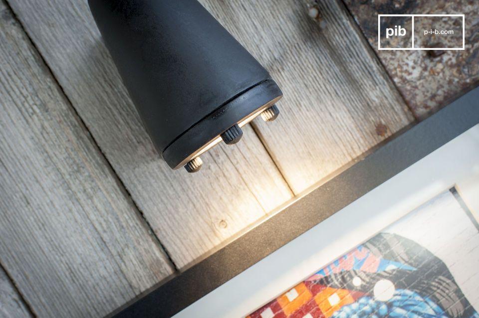 Ispirato all\'industria e progettato in modo ottimale per illuminare un oggetto