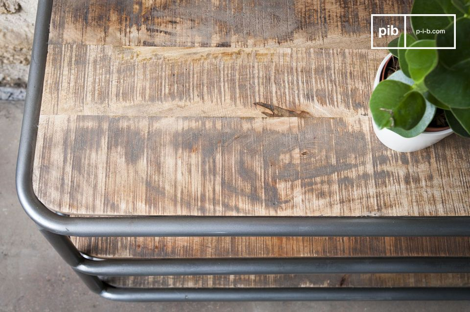 Per evitare macchie, il legno è stato protetto con una vernice chiara