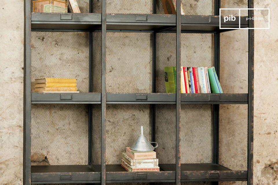 Tipico degli uffici di smistamento postale dei primi del \'900