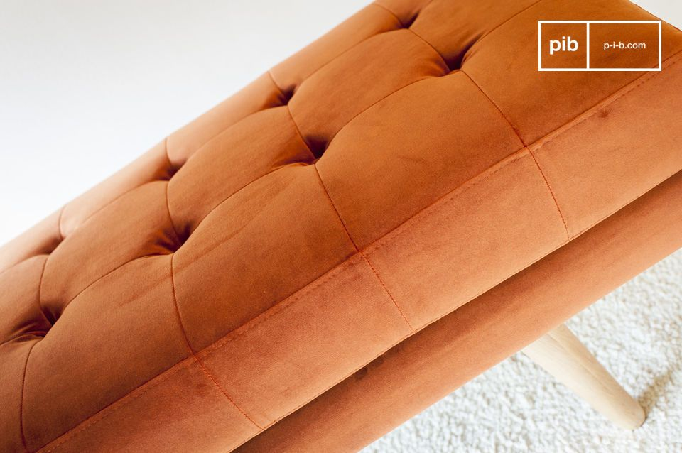 Il banco di velluto Elmas è il modello perfetto per dare un tocco di colore e di carattere alla