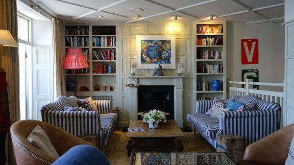 biblioteca con poltrone e divani retro