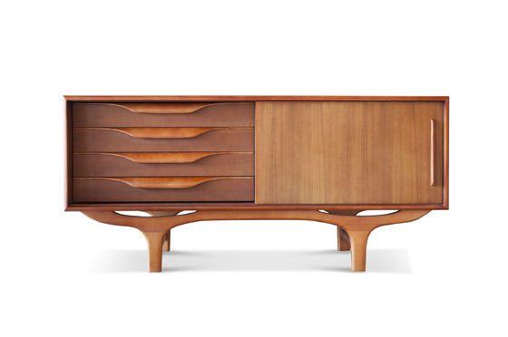 Buffet scandinavo in legno Alrik Foto ritagliata