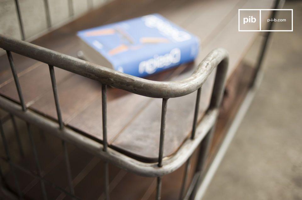La sua struttura e le rotelle in ferro patinato danno a questo carrello portatutto un deciso