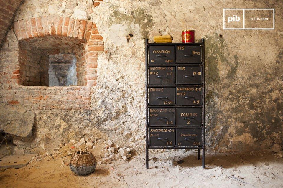 Questi armadi metallici sembrano racchiudere tutte le caratteristiche dei mobili tipici dello stile