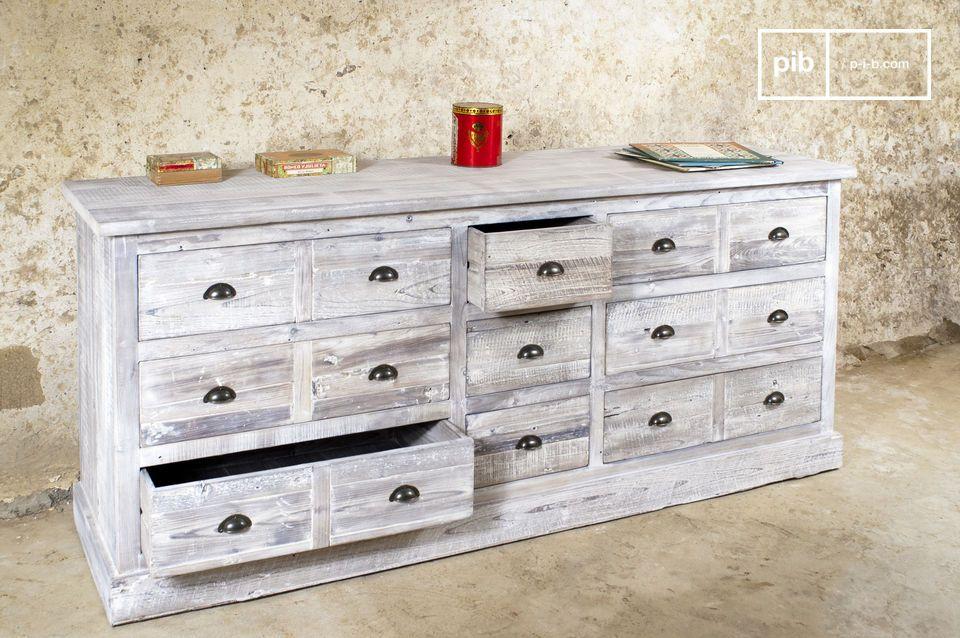 Questo pezzo industriale fonde con successo la natura pratica di una cassettiera con lo stile dei