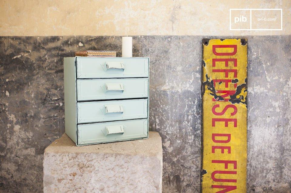 Una piccola cassettiera con un gusto decisamente Vintage