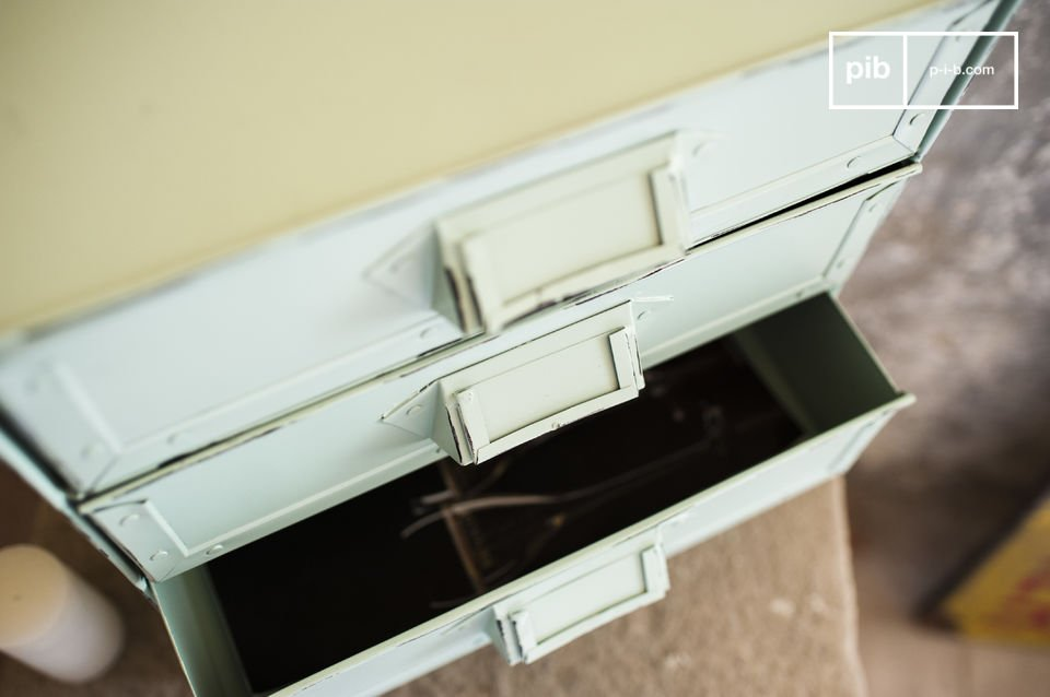 La cassettiera Delray è un piccolo complemento d\'arredamento che ti aiuterà ad organizzare tutti