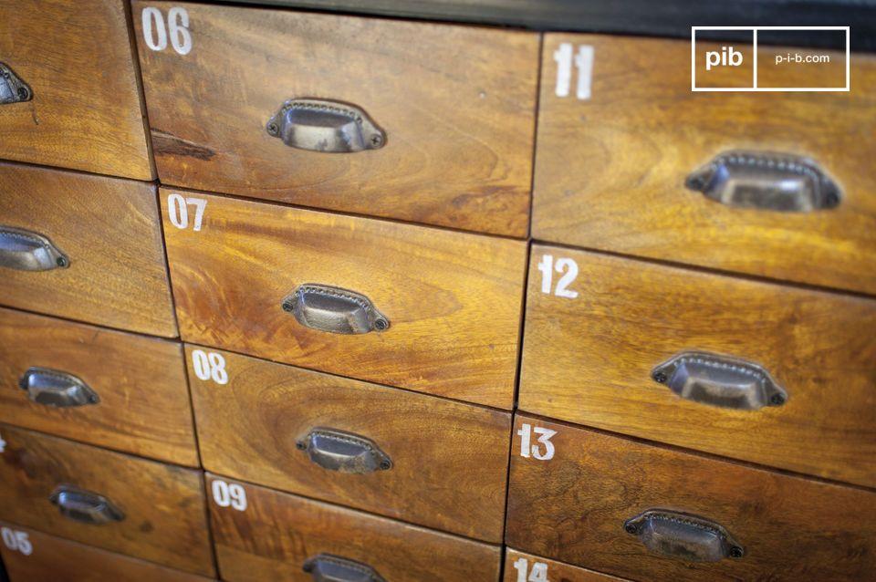 La cassettiera in legno Shawinigan è un pezzo di arredamento con carattere che combina un