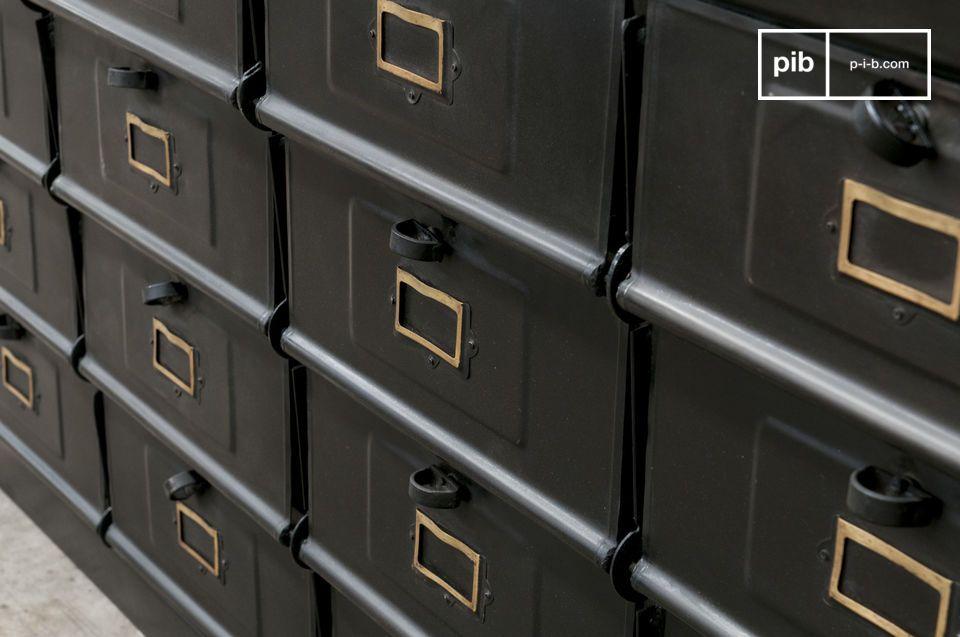 La cassettiera metallica ha 16 cassetti, su cui si possono applicare diverse etichette
