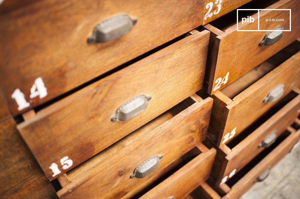 Formata da 36 cassetti in legno e da una struttura metallica