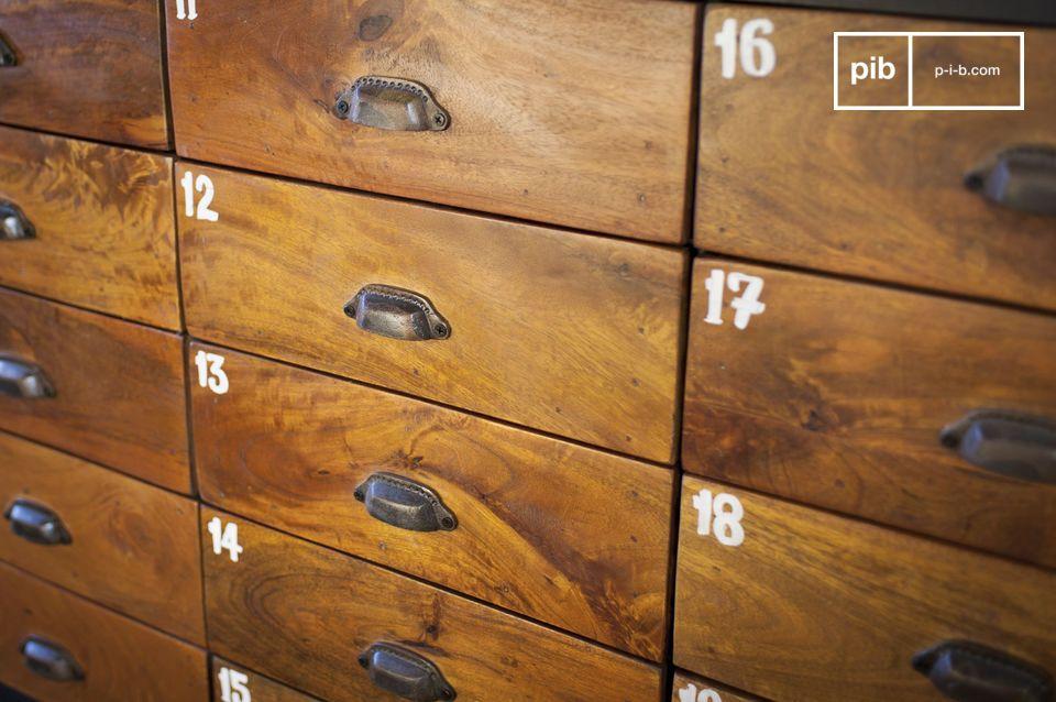 Con i suoi 20 cassetti in solido legno verniciato che offre un bellissimo contrasto con l\'acciaio