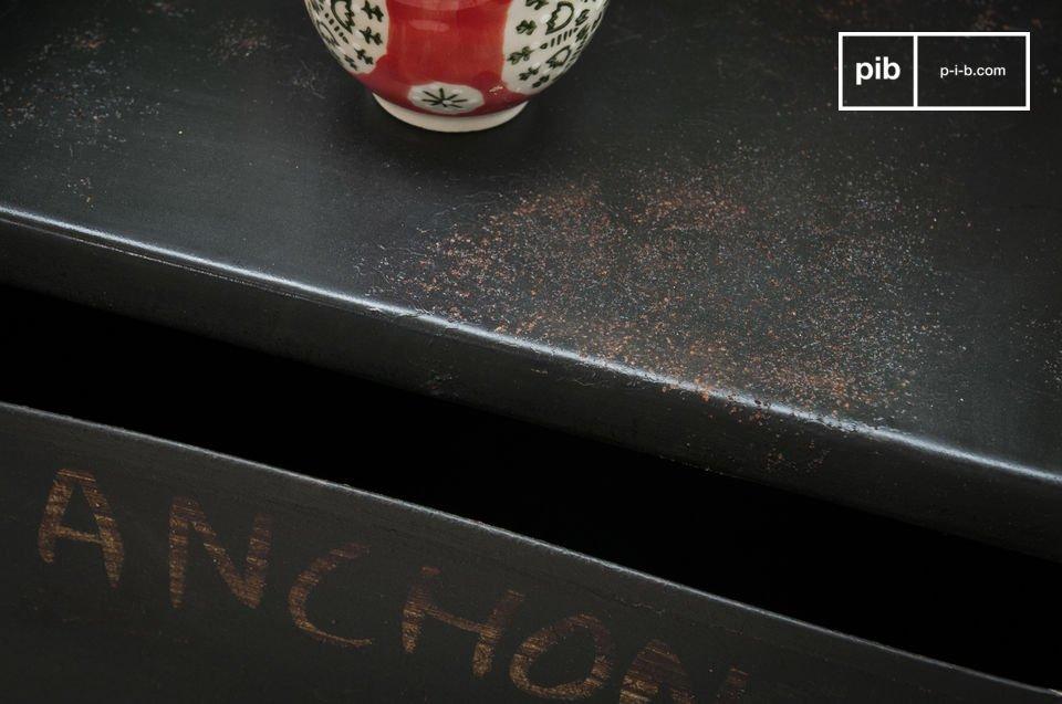Il nome in francese di alcuni attrezzi da idraulico è stato scritto a mano per accentuare il