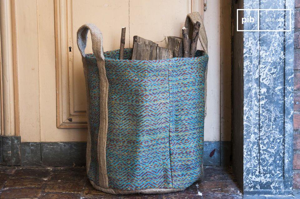 La cesta Raviya è un incantevole oggetto decorativo che colpisce con i suoi colori e la su