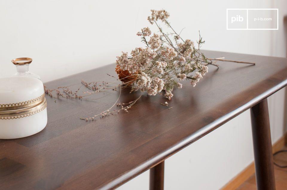 Progettata in un legno di acacia particolarmente estetico e raffinato che dona bellissimi riflessi