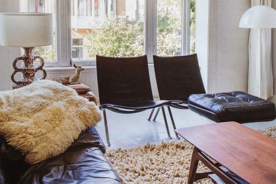 coppia di sedie con finestra