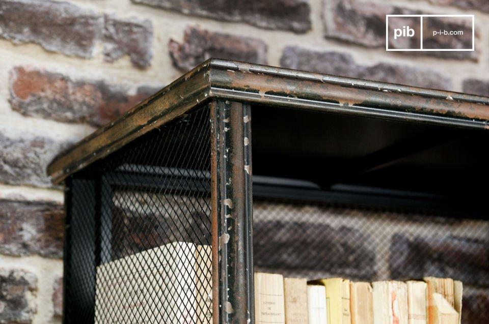 I diversi strati di vernice patinata danno un fascino antico a questo mobile