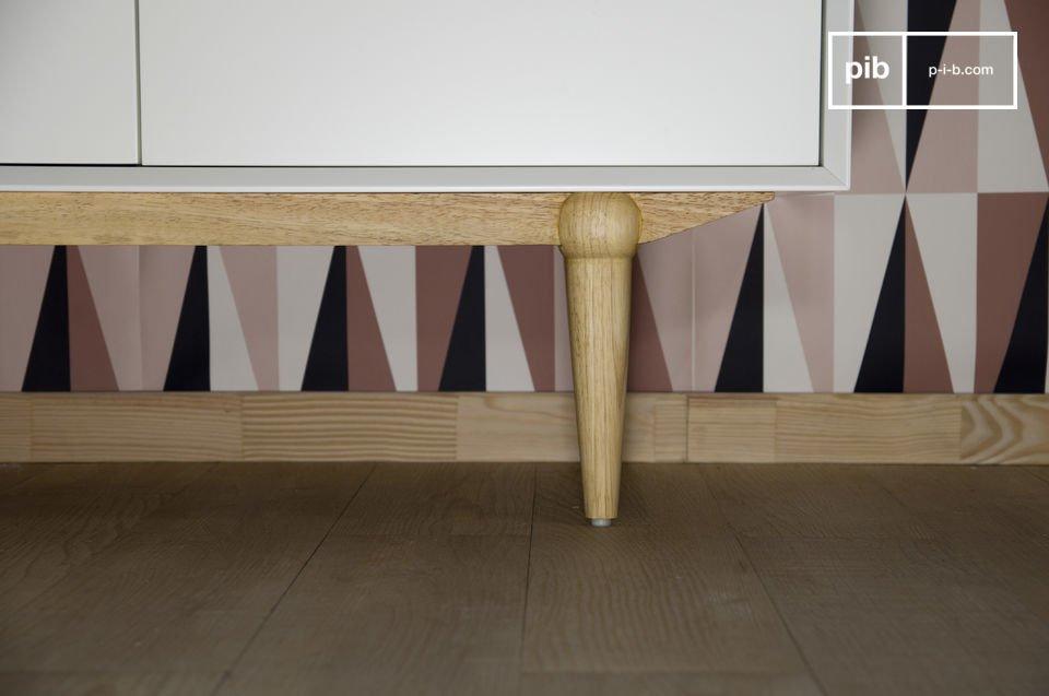 Realizzata in legno di albero della gomma, possiede 4 sportelli e profondi cassetti