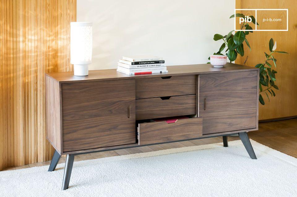 Un armadio scorrevole che combina legno di noce con linee molto diritte per un look sobrio ed
