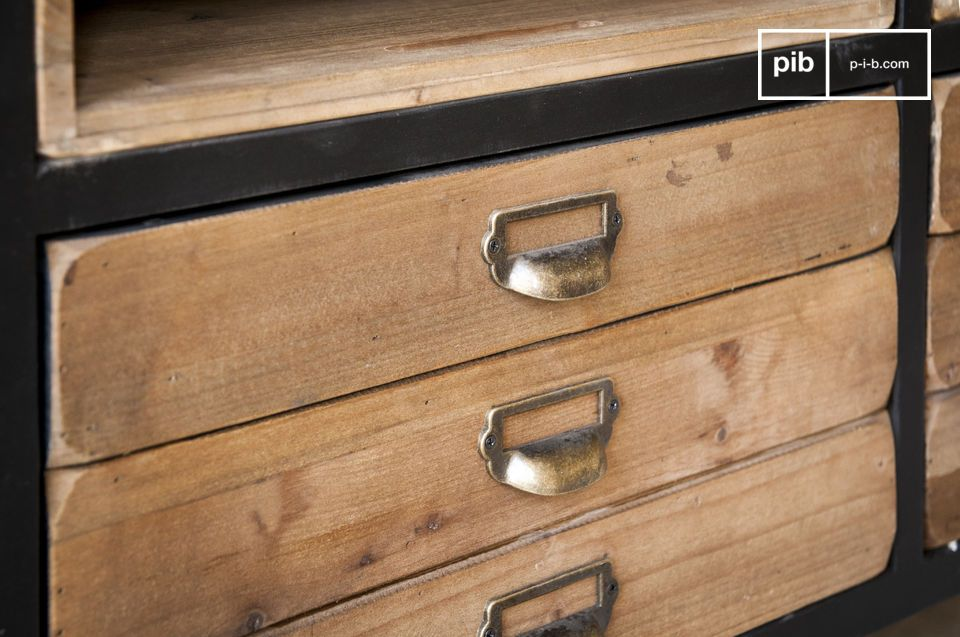 Questa credenza Van Ness è caratterizzata dalle linee tipiche dei mobili delle officine e delle