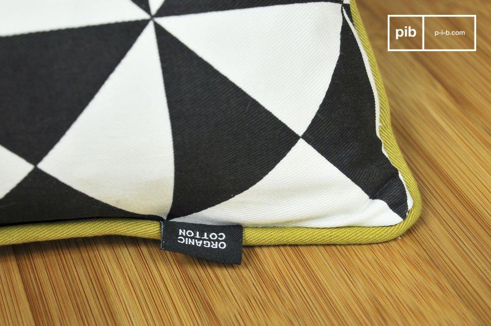 Un piccolo cuscino interamente realizzato con cotone decorato con triangoli colorati in pieno stile