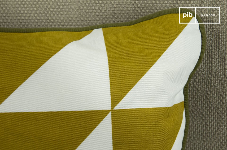 Un cuscino realizzato interamente in cotone organico con decorazioni triangolari su entrambi i lati