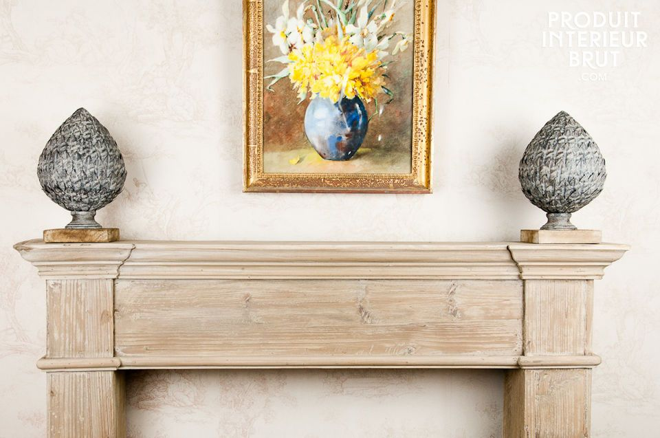 Continua la tradizione scegliendo questo ornamento in metallo montato su una base in legno