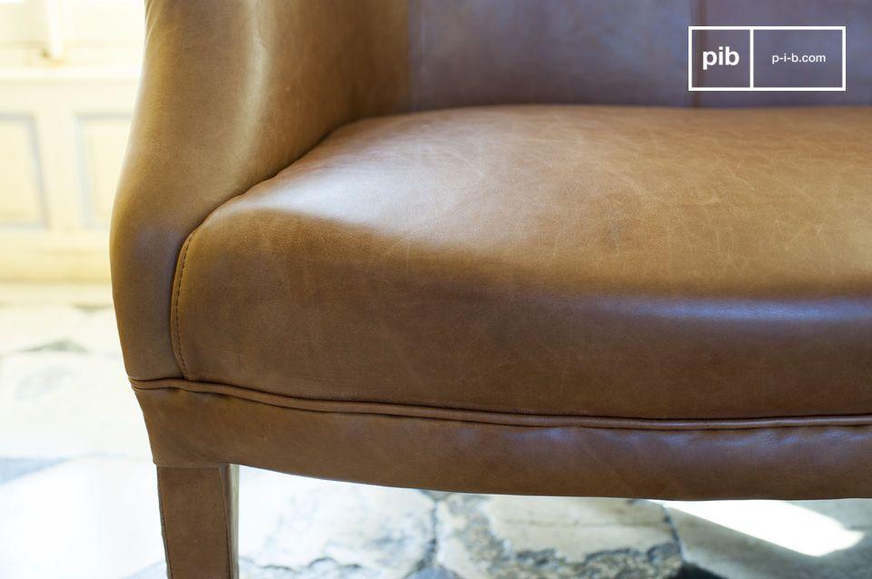 Lo stile di questo divano ci riporta indietro nel tempo di qualche decennio con il fascino della
