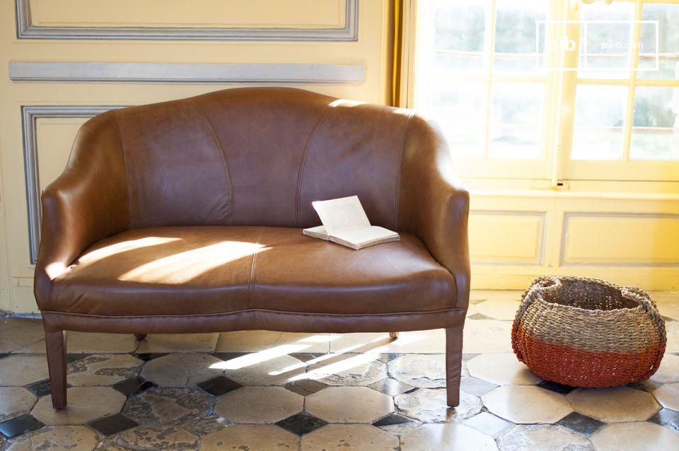 Un divano in pelle  elegante e ben rifinito