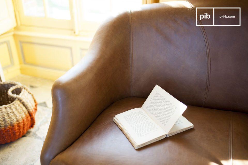 Il design elegante è rinforzato dalla pelle di alta qualità che ricopre anche le gambe del divano