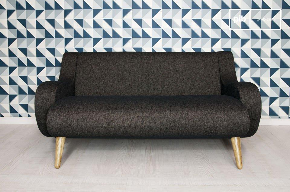 Questo bellissimo divano dalla struttura e dalle gambe di legno di quercia e i braccioli