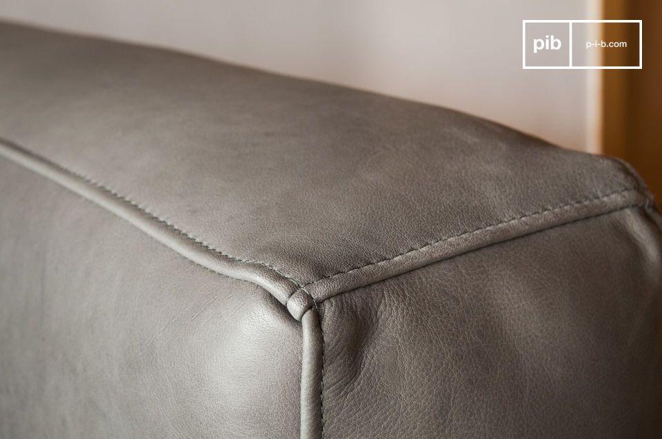 Gli anni sessanta sono protagonisti indiscussi in questo divano in pelle Almond che sedurrà gli