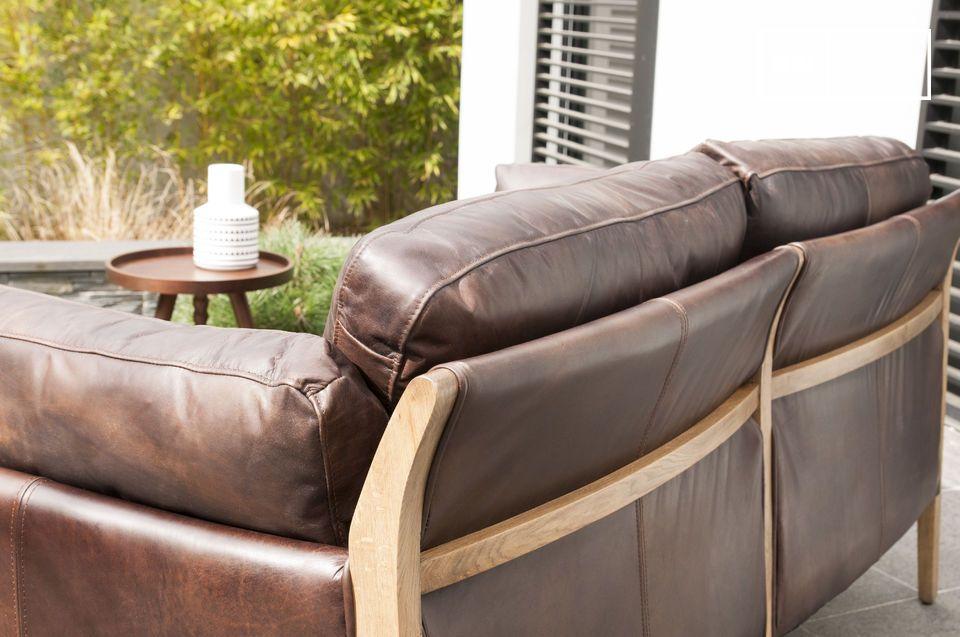 Le forme di questo divano sono ispirate al design degli anni \'60 e la combinazione di materiali