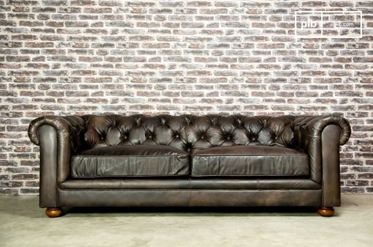Divano Chesterfield scuro a 3 posti
