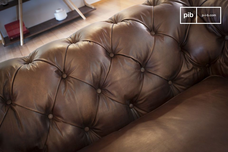 La pelle dall\'effetto invecchiato e le gambe in rovere danno a questo divano un aspetto unico ed