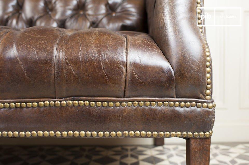 Questo divano a due posti trasuda eleganza vitage da tutti i pori