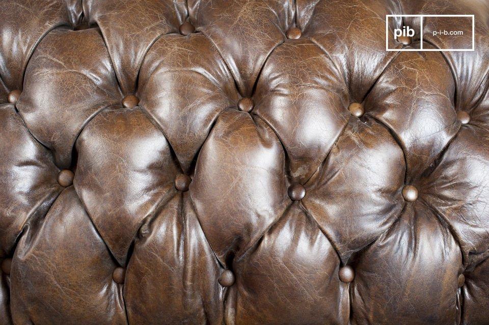 Le finiture di questi divani classici sono particolarmente ben fatte: le cuciture sono eccellenti e