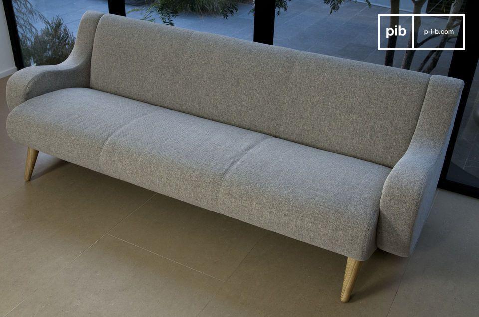 Un grande divano con una silouette morbida ed elegante
