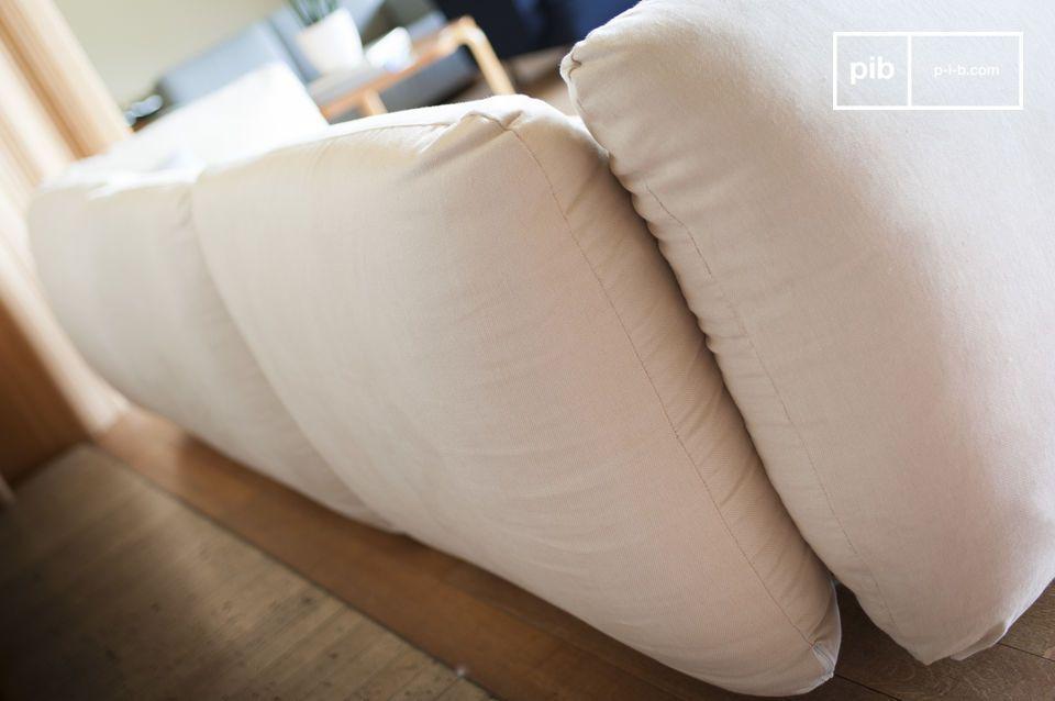 Il divano offre anche braccioli molto alti grazie alla sua elevata densità di imbottitura e