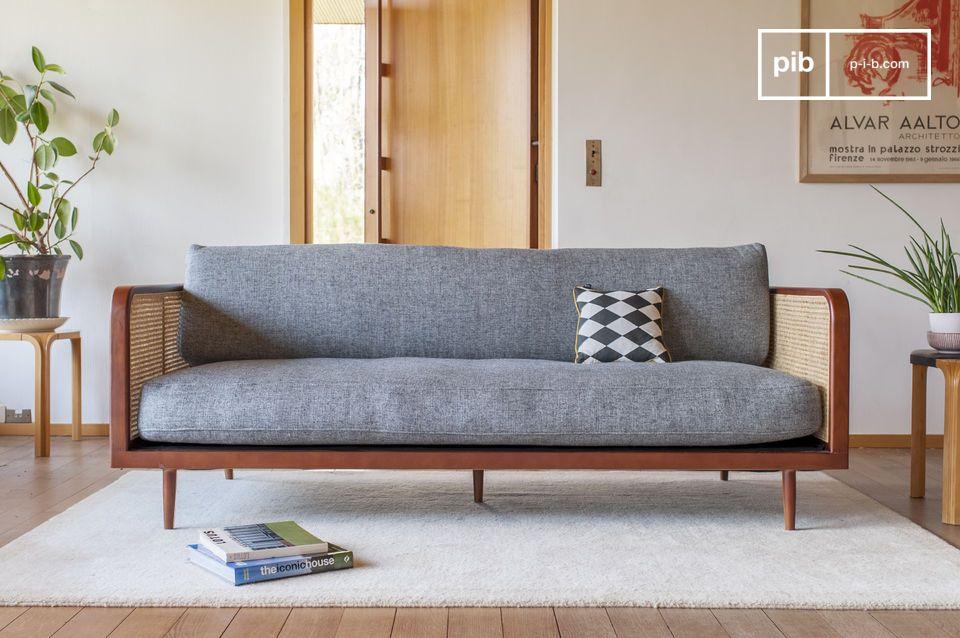Un divano atipico sublimato dalla sua anima in canna