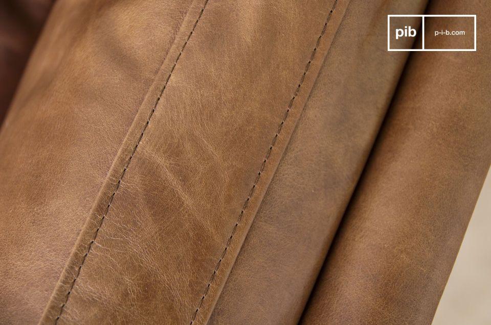 Il comfort è garantito dall\'imbottitura in schiuma e piume dei sedili e dei braccioli