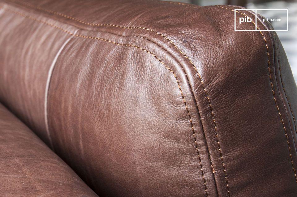 La tecnica di imbottitura generosa e la robusta struttura lo rendono un divano particolarmente
