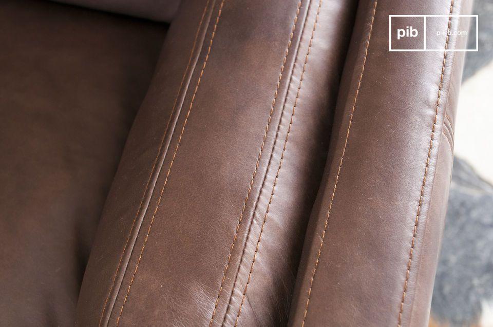Il suo colore scuro e le forme senza tempo fanno la felicità degli appassionati di divani retrò