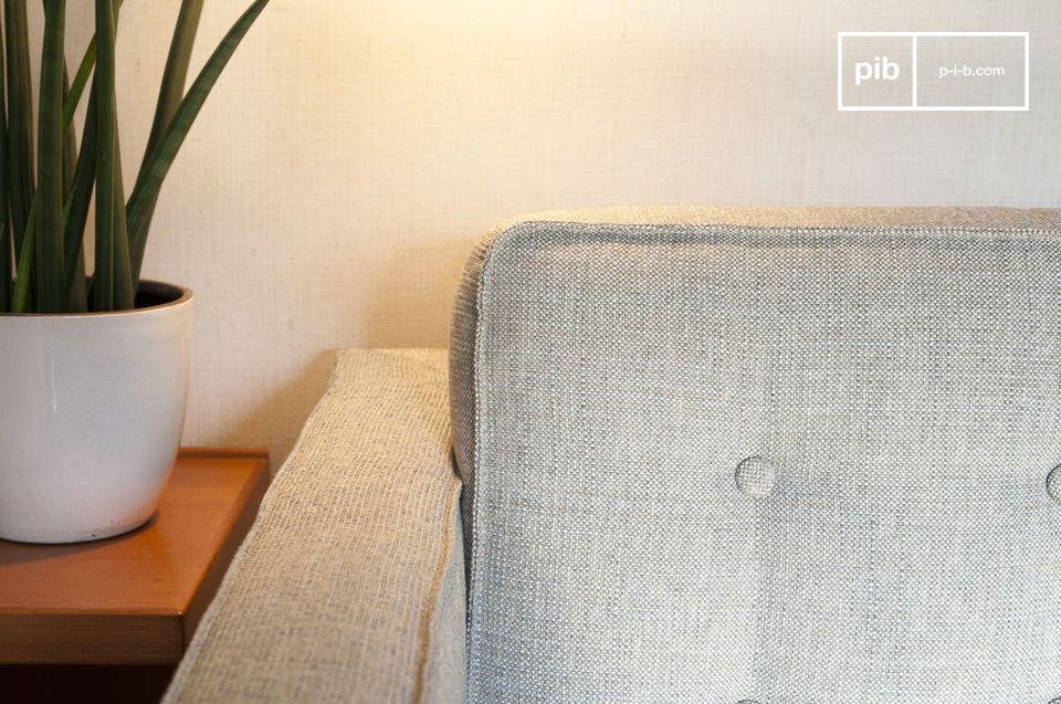 I cuscini cilindrici generano un contrasto con le forme dritte e regolari del sedile e dello